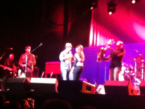 Jason Mraz dances with Holly from the audience